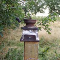 alte Kaffeemühle als Zaun-Deko